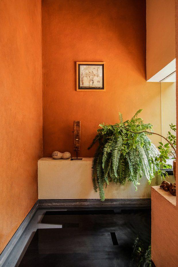 ผนังห้องน้ำสีส้มอิฐสไตล์โมร็อคโค