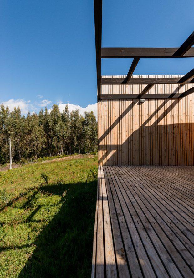 ชานบ้านตีด้วยไม้ระแนง