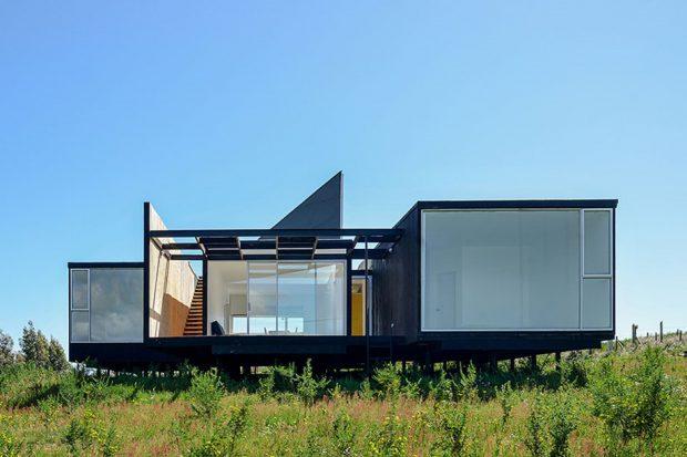 บ้านโมเดิร์นสีดำผนังโปร่งใส