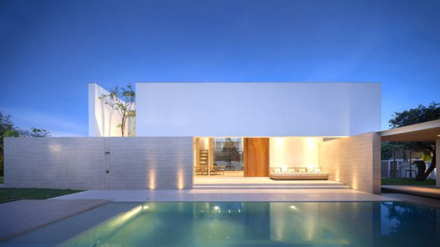 Pool Hose บ้านโมเดิร์นสีขาว