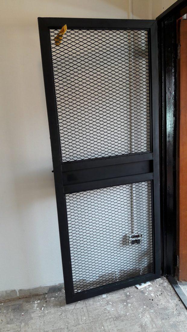 ประตูตระแกรงเหล็กฉีก