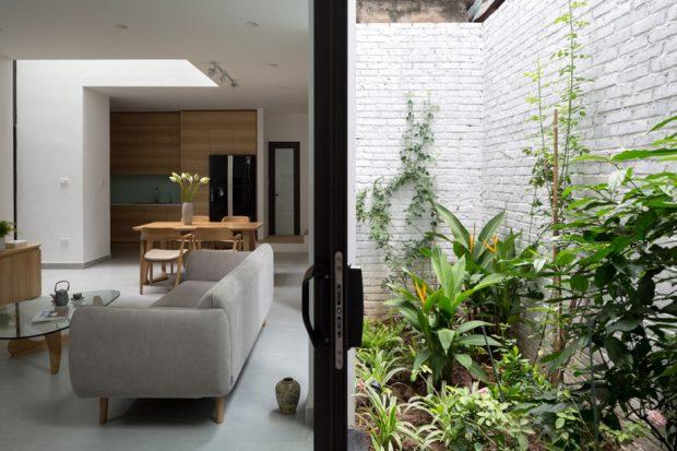 ห้องนั่งเล่นติดกับสวนเล็ก ๆ