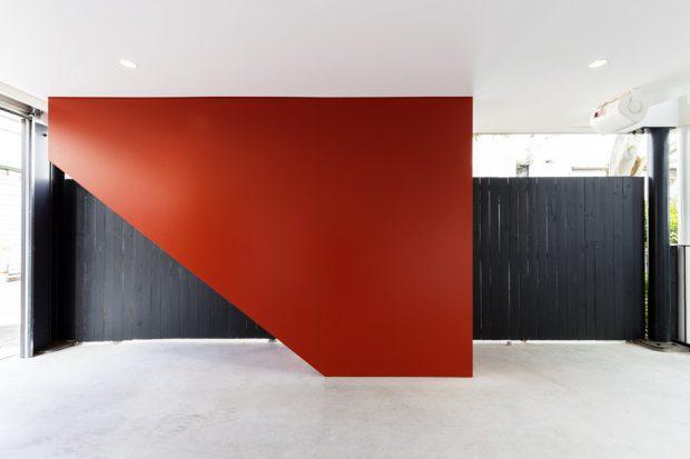 ผนังสีแดง ดำ ตัดกับเพดานสีขาว