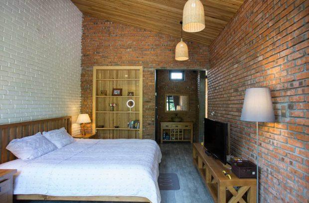 ห้องนอนผนังอิฐแดงโชว์แนว