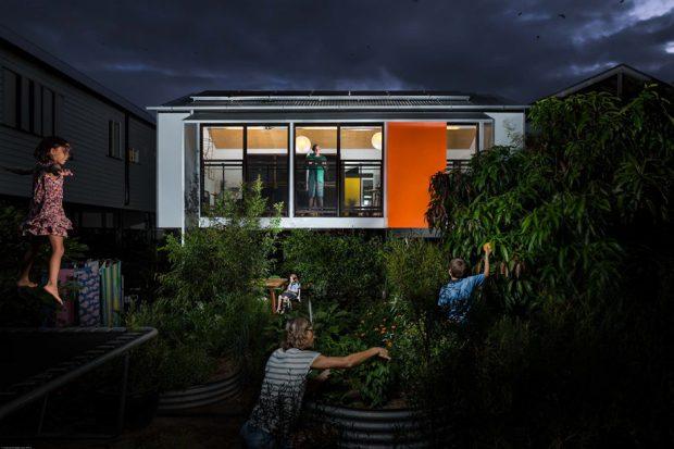 มุมมองสวนในบ้านยามค่ำ