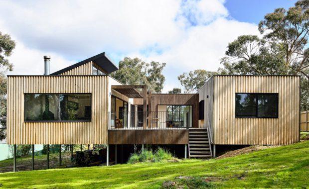 บ้านไม้ยกพื้นมีลานกลางบ้าน