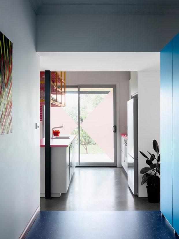 ตู้บานสีฟ้า