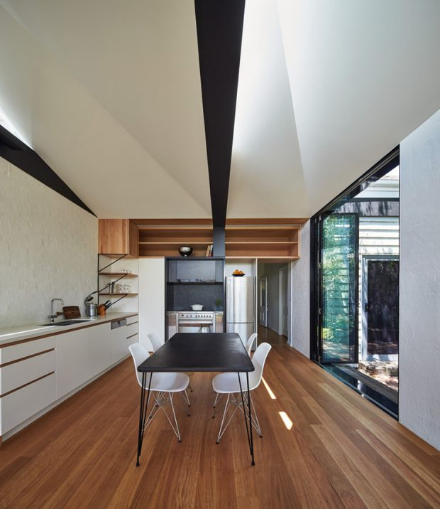 ห้องครัวสีขาวปูพื้นไม้