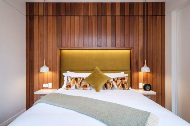 กรุผนังหัวเตียงด้วยไม้