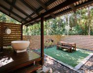 ห้องอาบน้ำกึ่งกลางแจ้งเชื่อมต่อสนามหญ้า