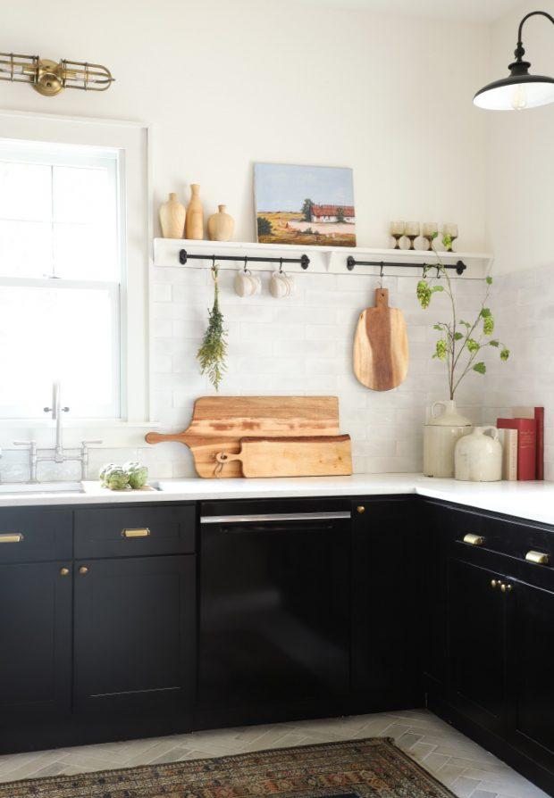 ท็อปครัวสีขาวบานตู้สีดำ