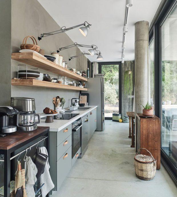 ห้องครัวผนังกระจกโทนสีเทาเรียบ ๆ