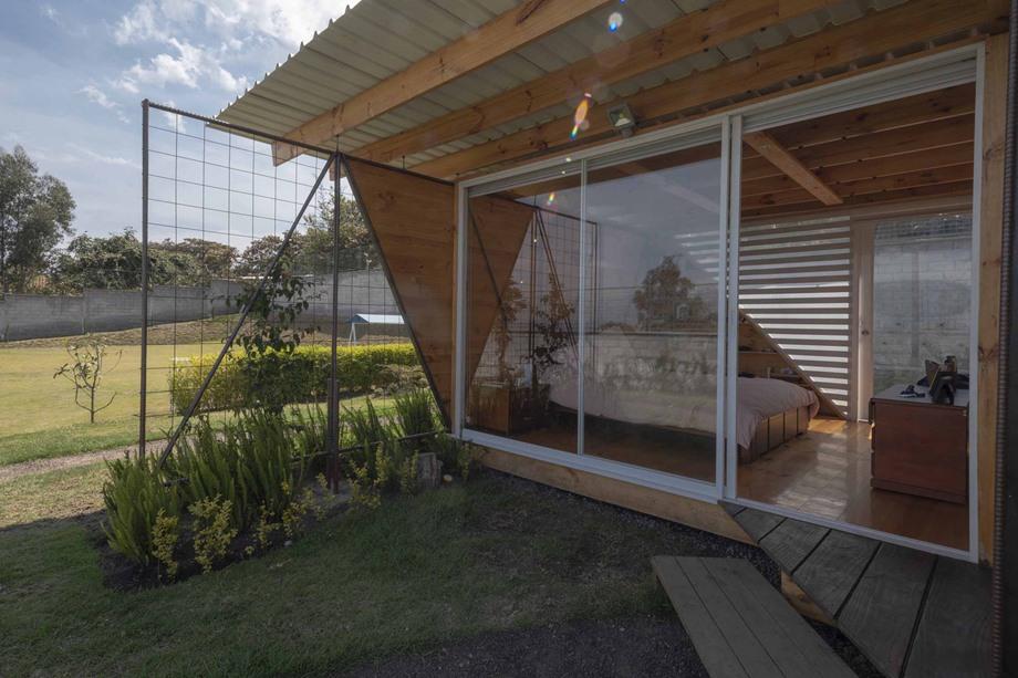 ห้องนอนผนังกระจกเชื่อมต่อสวน