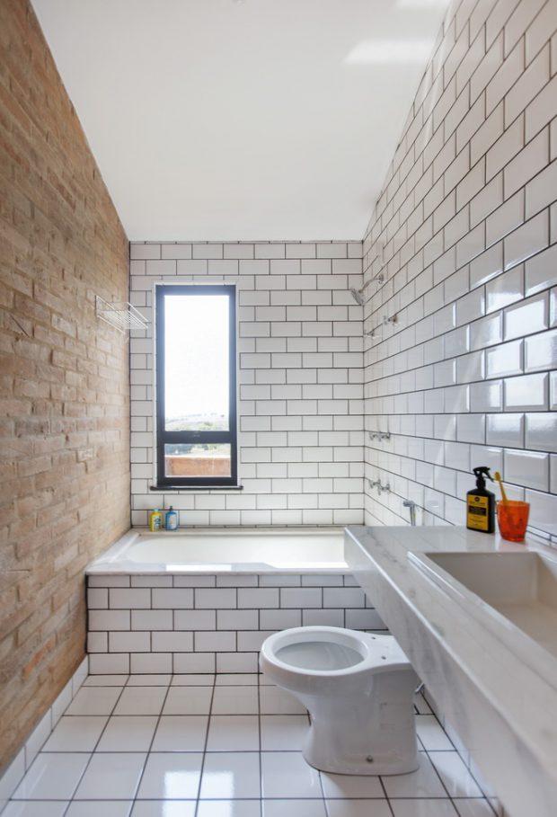 ห้องน้ำตกแต่งกระเบื้องสีขาว