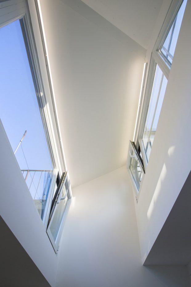 เพดานสูงมีช่องแสง skylight
