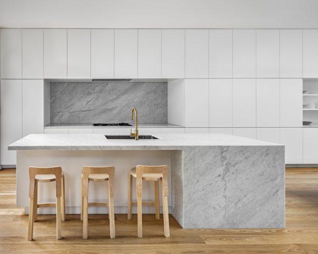 ห้องครัวสีขาวตกแต่งหินอ่อน