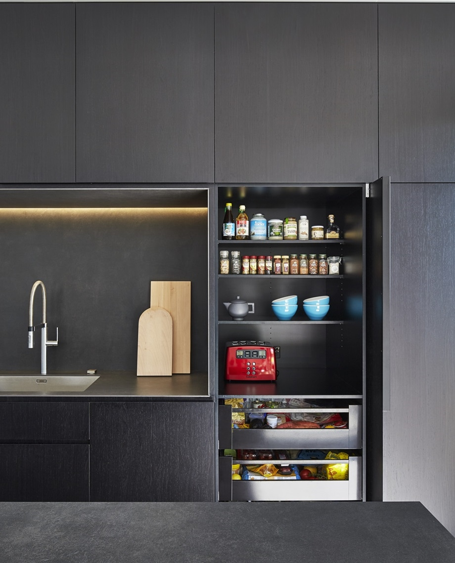 ตู้ครัวบิวท์อินสีเทาดำ