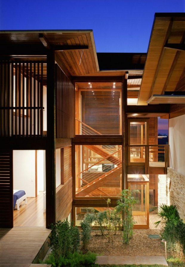 บ้านผนังไม้ระแนงโปร่ง ๆ