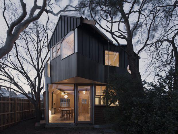 บ้านผนังกระจกและเมทัลชีทสีดำ