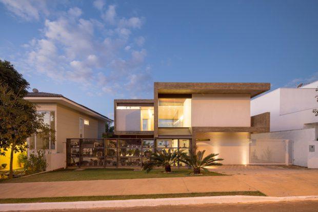 บ้านคอนกรีตสวยด้วยแสงไฟยามค่ำ