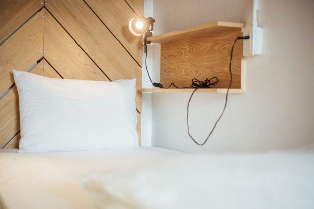 ห้องนอนตกแต่งงานไม้ดิบ ๆ