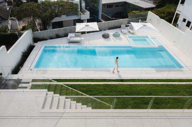 สระว่ายน้ำและสวนบนหลังคา