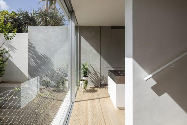 บ้านผนังกระจกปูพื้นไม้ลามิเนต