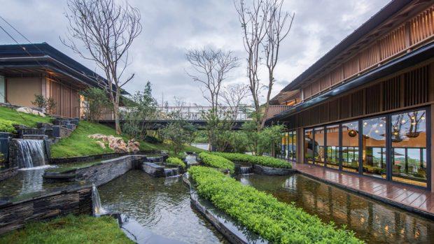 อาคารล้อมน้ำและธรรมชาติ