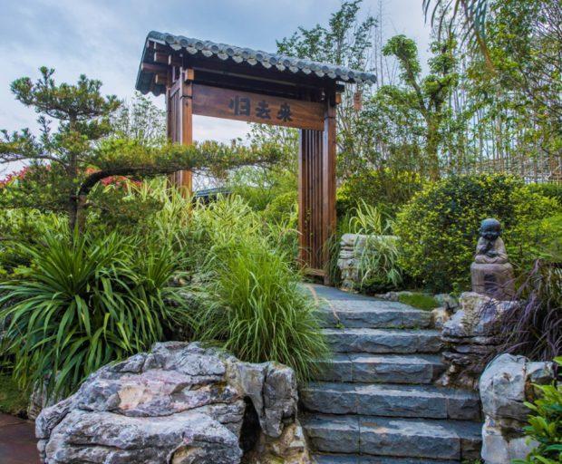 บันไดหินและประตูแบบจีน