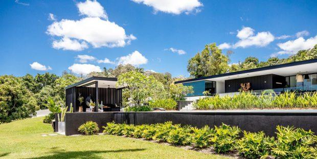 บ้านโทนสีดำขาวกลางธรรมชาติ