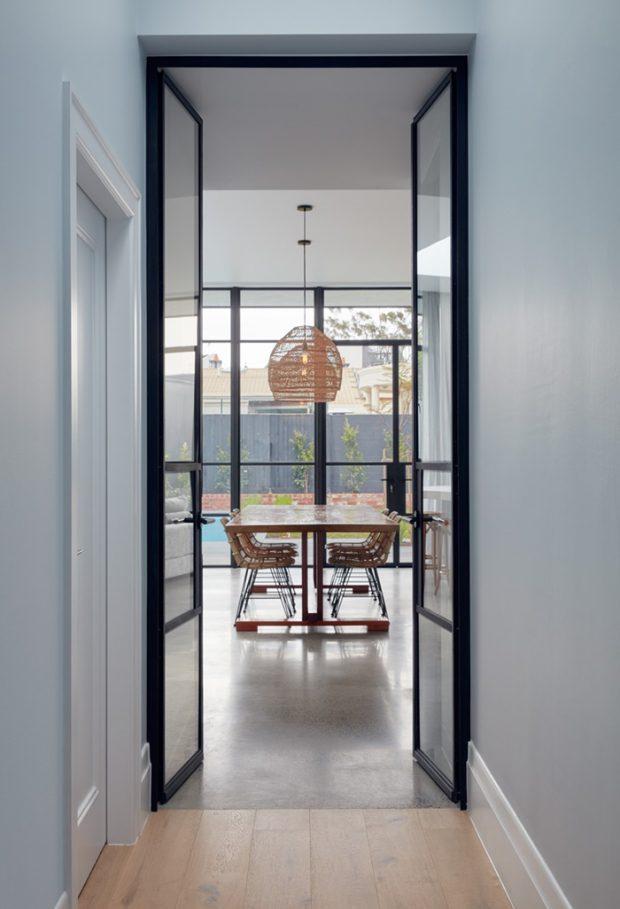 บ้านโปร่งสว่างด้วยผนังกระจก