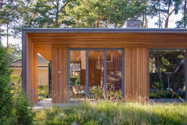 บ้านไม้ผนังกระจกสไตล์โมเดิร์น