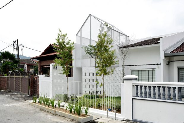 บ้านฟาซาดสีขาวโปร่ง ๆ