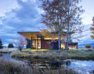 บ้านผนังกระจกและแผ่นเหล็กกลางธรรมชาติ
