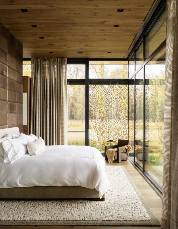 ห้องนอนผนังกระจกเห็นวิวธรรมชาติ