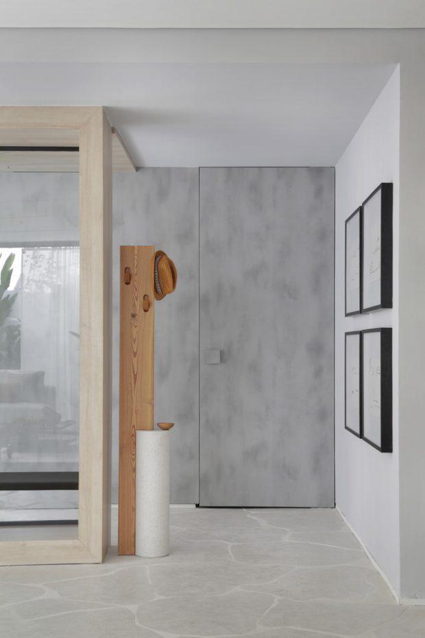 ประตูเนียนไปกับผนัง