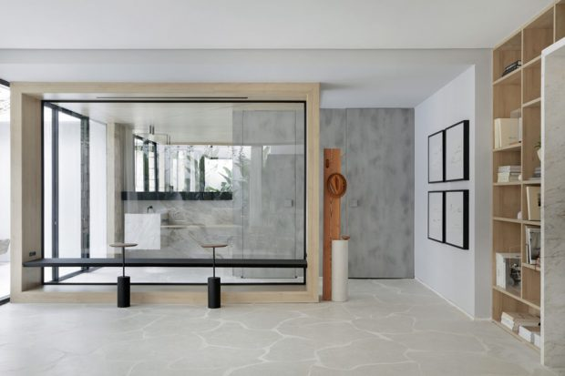 ผนังกระจกทำให้บ้านดูโปร่ง