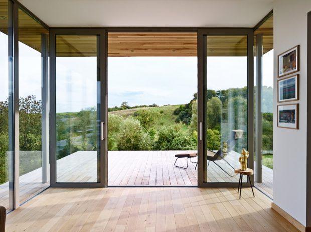 ผนังกระจกเปิดเชื่อมต่อชานบ้าน
