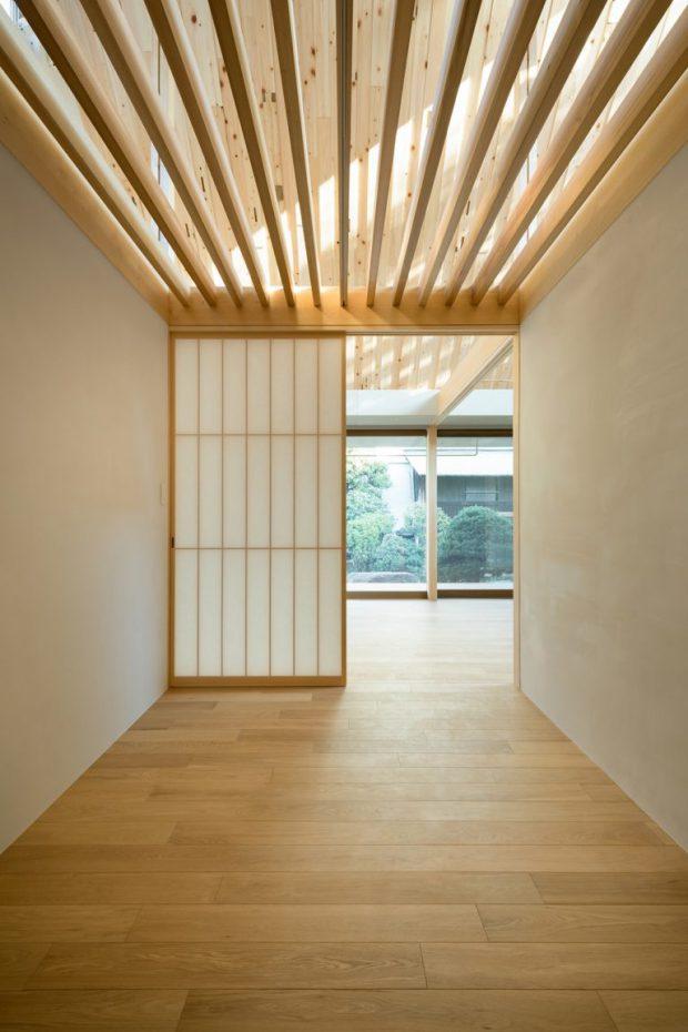 ประตูโชจิบานไม้เป็นช่อง ๆ