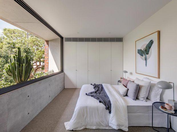 ช่องหน้าต่างขนาดใหญ่ในห้องนอน