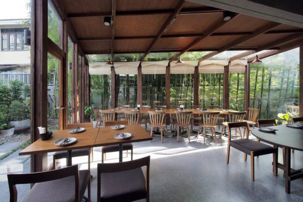 ห้องอาหารหลังคาโปร่งแสงผนังกระจกรับวิว