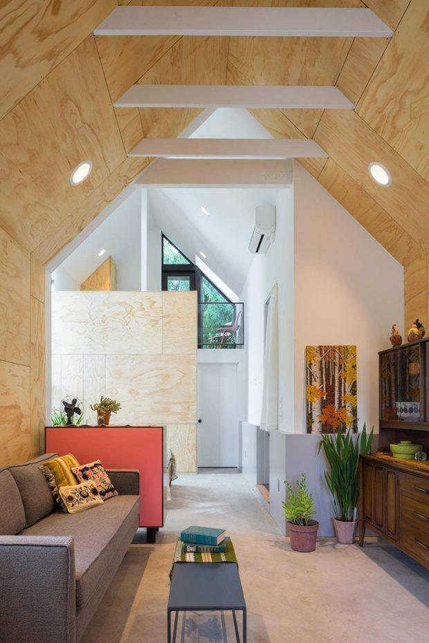 บ้านหลังคาจั่วสูง เพดานและผนังไม้อัด