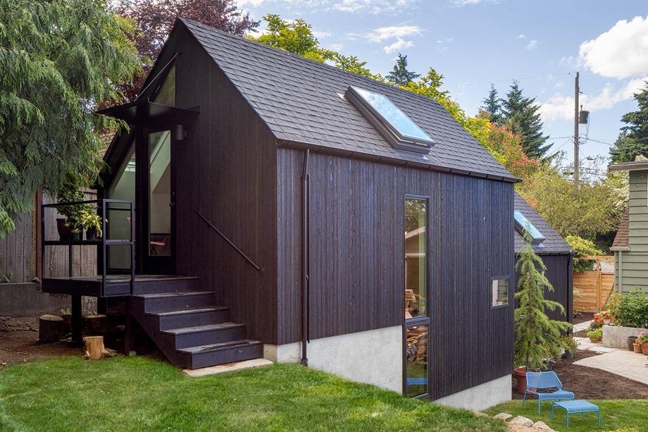 บ้านหลังคาจั่วสีดำ