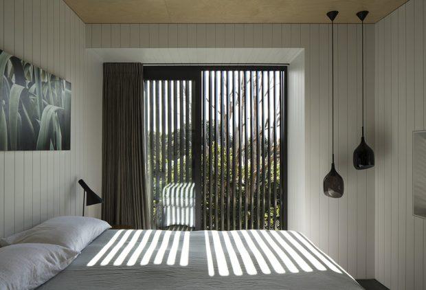 ห้องนอนประตูกระจกติดระแนงกันแดด