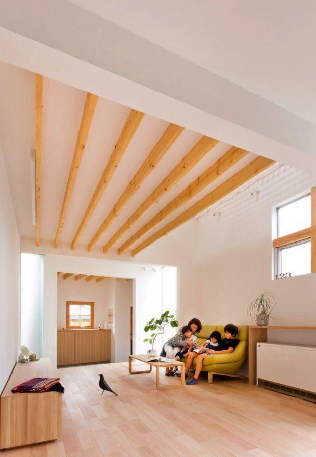 ห้องนั่งเล่นปูพื้นไม้อบอุ่น