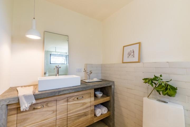 ห้องน้ำคอนกรีตและไม้