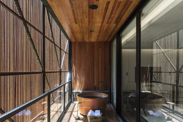 ห้องอาบน้ำตรงระเบียง