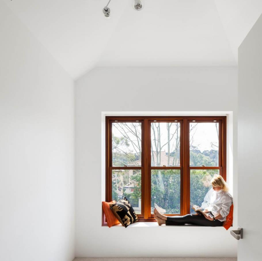 มุมนั่งเล่นริมหน้าต่าง