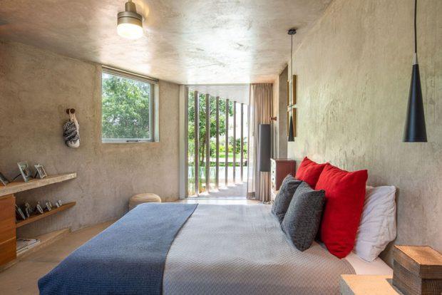 ห้องนอนผนังคอนกรีตโปร่ง ๆ