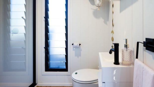ห้องน้ำขนาดเล็กหน้าต่างบานเกล็ด